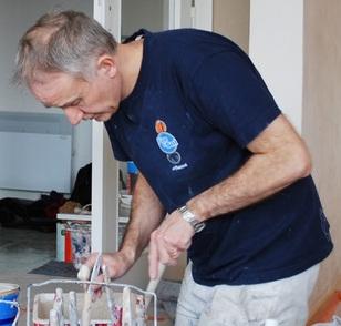 Artisan peintre prépare son espace de travail
